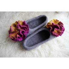 Grey slippers with big flowers