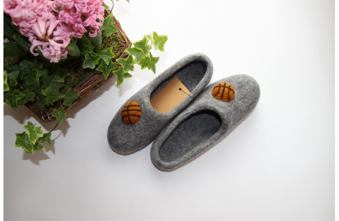 Grey wool slippers with basketball balls